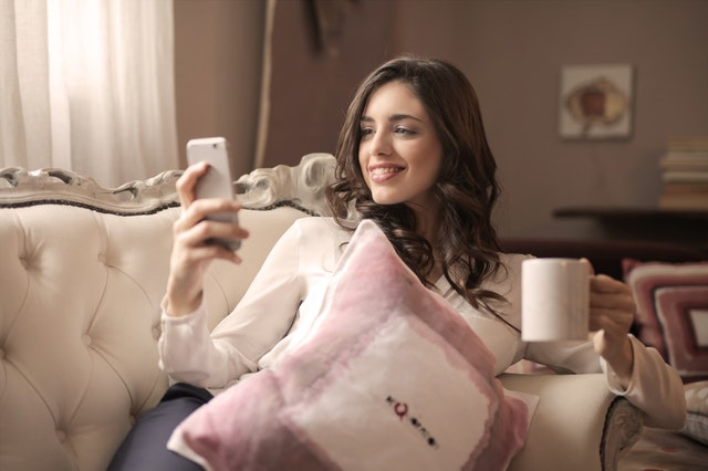 """Donna che sorride al cellulare """"larghezza ="""" 640 """"altezza ="""" 426 """"/> </p></noscript> <p> Nell'articolo di oggi condivideremo con te <strong> i migliori giochi di domande e risposte </strong> che puoi scaricare per il tuo cellulare <strong> Android </strong>. Ce ne sono per tutti i gusti e con temi molto diversi. Scarica quello che ti piace di più! </p> <h2> <strong> Chiesto </strong> </h2> <p> <iframe width="""