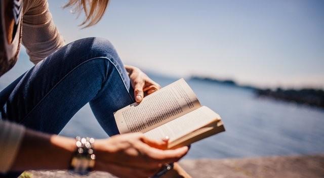 """Donna che legge un libro """"width ="""" 600 """"height ="""" 330 """"/> </p></noscript> <p> Sicuramente passi la maggior parte dell'anno desiderando di non avere tempo per leggere quel libro che ti hanno dato, per tornare ai tuoi corsi di danza, imparare una lingua o dedicarti alla pratica del tuo hobby più appassionato. Tuttavia, le vacanze arrivano e le trascorri agganciato al tuo telefonino senza fare altro che scattare selfie e mostrare il palmo della mano su Instagram. Fatti un regalo e <strong> recupera i tuoi hobby più preziosi </strong> ora che avrai tempo per praticarli. I social network saranno ancora lì una volta finite le vacanze e credici, ti sentirai molto meglio se dedichi il tuo tempo ad altre cose. </p> <h3> <strong> Rimuovi le applicazioni dal tuo cellulare </strong> </h3> <p> Se, seguendo tutti i consigli che ti abbiamo offerto fino ad ora, hai ancora problemi a limitare il tempo che passi sui social, ti consigliamo di eliminare l'app. Sbarazzarsi dell'applicazione mobile <strong> non significa cancellare il tuo account </strong>ma ti aiuterà (molto!) A disconnetterti durante questa vacanza dai social network. Pensa che in questo modo, l'unico modo per accedere a Facebook, Twitter o Instagram sarà tramite il tuo computer desktop. In questo modo puoi goderti appieno il vederti con i tuoi amici, uscire per una passeggiata o se hai intenzione di uscire da casa per qualche giorno. </p> <h3> <strong> Prenditi una vacanza </strong> </h3> <p> <img   alt="""