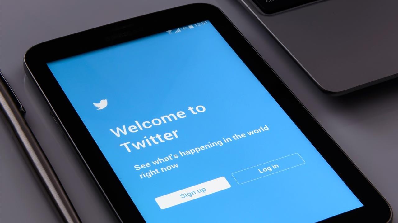 """Tablet con Twitter """"width ="""" 600 """"height ="""" 338 """"/> </p></noscript> <p> Twitter è il noto social network <strong> di 280 caratteri </strong> che nasce dal classico detto """"un uccellino mi ha detto che …"""". In esso possiamo condividere notizie, stati d'animo, pensieri, immagini e praticamente tutto ciò che vogliamo. La loro unica regola è che non superiamo mai il limite di caratteri, il resto dipende esclusivamente da te. </p> <p> Twitter ha 340 milioni di utenti attivi e si distingue come un social network perfetto per <strong> diffondere notizie </strong> a velocità impensabili. In effetti, negli ultimi anni Twitter è diventato uno strumento fondamentale per i media, i giornalisti o le autorità locali per trasmettere informazioni immediate ai cittadini. </p> <p> Se sei uno di quelli che fanno colazione ogni mattina sfogliando il giornale, ti consigliamo vivamente di provare Twitter. Inoltre, grazie al suo potente sistema di <strong> hashtag </strong> (#) sarai in grado di trovare informazioni sull'argomento che desideri anche senza dover seguire utenti specifici. </p> <p> È possibile visitare la pagina Twitter ufficiale facendo clic sul seguente collegamento <strong> </strong> e, se lo si desidera, scaricare la sua applicazione mobile <strong> </strong> in modo rapido e sicuro sotto queste righe. </p> <p class="""