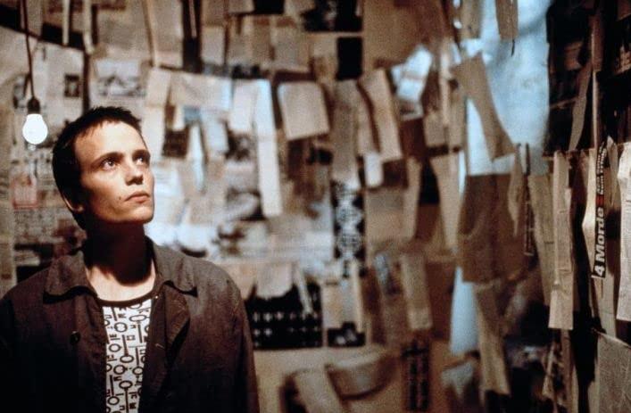 """23 """"larghezza ="""" 707 """"altezza ="""" 463 """"/> </p></noscript> <p> <strong> 23 </strong> è un inquietante <strong> thriller </strong> basato su eventi reali in cui niente è ciò che sembra. Questo narra la vita di <strong> Karl Koch </strong>un giovane hacker morto nel 1989 per suicidio. </p> <p> Il film inizia negli anni '80, dove un giovane Koch incontra un ragazzo di nome David attraverso il <strong> Chaos Computer Club </strong>. Incoraggiati a diventare vigilanti moderni, entrambi <strong> si intrufolano nel sistema informatico del KGB </strong>. Tuttavia, lo sforzo costante per raggiungere questo obiettivo farà cadere Koch nella spirale della droga. </p> <p> Col passare del tempo, il film mostrerà come Koch perde lentamente la testa e la sua <strong> ossessione per il numero 23 </strong> cresce. Mistero, tradimento e dramma permeano un film che mostra il lato più oscuro degli hacker informatici. </p> <h2> <strong> The Great Hack </strong> </h2> <p> <img   alt="""