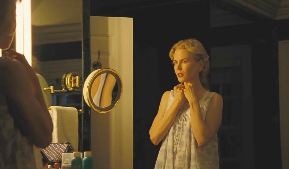 """Il sacrificio del cervo sacro """"width ="""" 600 """"height ="""" 351 """"/> </p></noscript> <p> <em> <strong> The Sacrifice of the Sacred Stag </strong> </em> è un inquietante <strong> thriller drammatico </strong> vincitore del premio per la migliore sceneggiatura al Festival di Cannes 2017. Il film racconta la storia di Steven Murphy, un rinomato chirurgo con una vita felice e appagante con sua moglie Anna ei loro figli, Bob e Kim. La sua vita prenderà una svolta radicale quando incontrerà Martin, un orfano di 16 anni con il quale stringerà una strana amicizia. Dopo aver deciso di proteggere il giovane, la vita di Steven cambierà completamente, poiché sarà costretto <strong> a scegliere tra fare un sacrificio o, altrimenti, perdere tutto </strong>. Ossessionante, enigmatico e maestoso, The Sacrifice of the Sacred Stag è un film che senza dubbio entra nella lista delle gemme nascoste su Amazon Prime Video per merito proprio.</p> <h2> <strong> The Neon Demon (The Neon Demon) </strong> </h2> <p> <img   alt="""