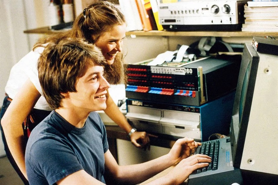 """Giochi di guerra """"width ="""" 600 """"height ="""" 400 """"/> </p></noscript> <p> <strong> War Games </strong> è un classico nei film sugli hacker. In esso seguiremo le disavventure di <strong> David Lightman </strong>un giovane hacker con una mente brillante ma poco motivato nel suo istituto. </p> <p> David usa le sue capacità di hacker per eseguire trucchi come cambiare gli appunti di classe o <strong> convincersi a giocare a nuovi giochi </strong> prima che vengano messi in vendita. Tutto va storto un giorno riesce ad hackerare un computer dove, tra i suoi tanti giochi, trova alcuni strani titoli chiamati <strong> """"Thermonuclear World War"""" </strong>""""Global Biotoxic Scenario"""" o """"Chemical War"""". </p> <p> Quando David inizia un gioco di """"Guerra mondiale termonucleare"""" come <strong> URSS </strong> e decide <strong> di attaccare gli Stati Uniti </strong>scatta l'allarme. Ed è che senza saperlo, la sua <strong> simulazione di battaglia </strong> viene presa sul serio dal personale militare degli Stati Uniti e inizia una vera guerra. </p> <h2> <strong> The Snoops (Sneakers) </strong> </h2> <p> <img   alt="""