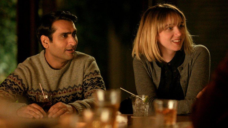 """La grande malattia dell'amore """"width ="""" 600 """"height ="""" 338 """"/> </p></noscript> <p> <em> <strong> La grande malattia dell'amore </strong> </em> racconta la <strong> storia vera tra i suoi due sceneggiatori </strong>Emily Gordon e Kumail Nanjiani. Il film mostra come il comico di origine pakistana abbia incontrato il giovane studente laureato e come la loro relazione difficile progredisca nonostante le loro <strong> differenze culturali </strong>. Tuttavia, Emily contrae una strana malattia e Kumail deve combattere con le aspettative che i suoi genitori musulmani avevano nel partner del giovane. </p> <h2> <strong> Madre! </strong> </h2> <p> <img   alt="""