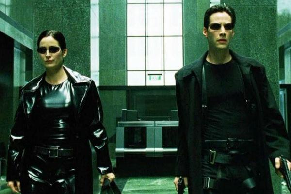 """The Matrix """"width ="""" 600 """"height ="""" 400 """"/> </p></noscript> <p> Concepita dalle <strong> sorelle Wachowski </strong>la trilogia di Matrix era un prima e un dopo all'interno dei <strong> film di fantascienza </strong>. Mescolando azione in abbondanza, una storia complessa che mette in discussione la realtà e un pizzico di tocchi messianici, è ancora un film cult che ogni amante del computer deve vedere fino ad oggi. </p> <p> The Matrix racconta la storia di un giovane con una vita di routine che nel tempo libero agisce come <strong> l'hacker di computer Neo </strong>. Un giorno viene contattato dal misterioso Morpheus. Questo lo informa che il mondo reale è solo un'illusione chiamata <strong> Matrix </strong> e che in realtà gli esseri umani vivono collegati a una macchina che li utilizza come batterie. </p> <p> Dopo aver preso la mitica <strong> pillola rossa </strong> per svegliarsi nel mondo reale distopico, Neo si unirà a un gruppo di hacker il cui obiettivo è risvegliare l'umanità. Ed è che, sebbene il giovane non lo sappia, è <strong> """"Il Prescelto"""" </strong>. </p> <h2> <strong> Giochi di guerra </strong> </h2> <p> <img   alt="""